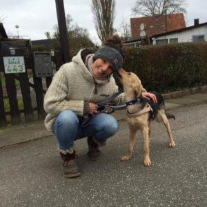 Tanja mit Hund beim Gassigehen
