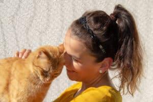 Tanja schmust mit Katze